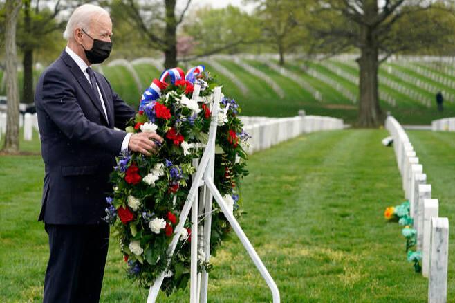 조 바이든 미국 대통령이 지난 14일(현지시간) 알링턴 국립묘지를 방문해 아프간 전사자 묘역에서 헌화를 하고 있다. AP 통신