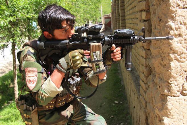 아프간군 특수부대원이 쿤두즈주에서 탈레반과 교전하고 있다. 신화·연합뉴스