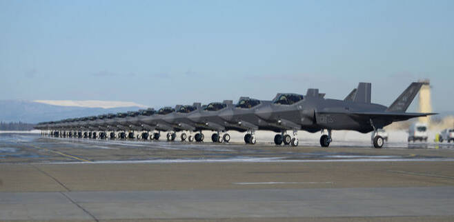 미 공군 F-35A 스텔스 전투기 25대가 알래스카주 아일슨 공군기지 활주로에서 대기하고 있다. 미 공군 제공