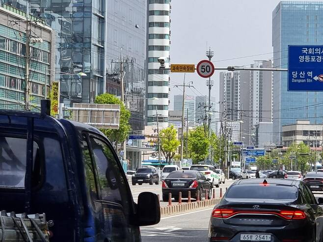 50㎞ 신호제한 표지판이 붙은 서울 도로 [촬영 김동환]