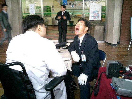 이규환 분당서울대병원 건강증진센터 교수가휠체어에 앉아 진료를 보는 모습. 세계 최초 중증 장애인 치과의사인 그는 20일 보건복지부에서 '올해의 장애인 상'을 수상했다. 제공 이규환 교수