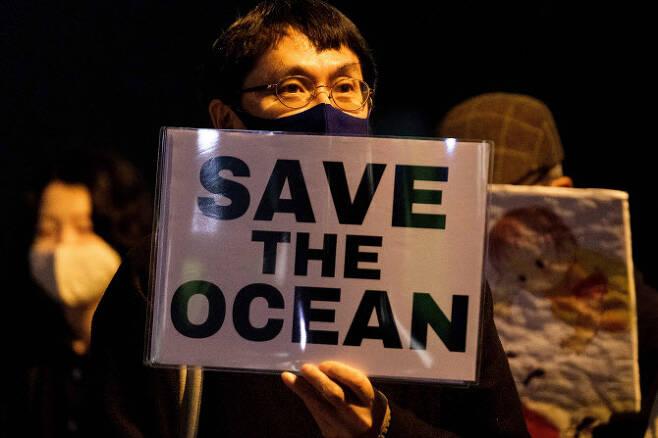 일본의 한 시민이 지난 13일 도쿄 총리공관 앞에서 후쿠시마 원전 오염수 배출에 항의하는 집회를 하고 있다. (사진=AFP)