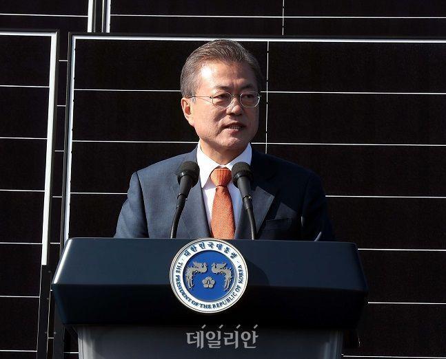 문재인 대통령이 2018년 10월 전북 군산시 유수지 수상태양광부지에서 열린 '새만금 재생에너지 비전 선포식'에 참석하여 인사말을 하고 있다. ⓒ뉴시스