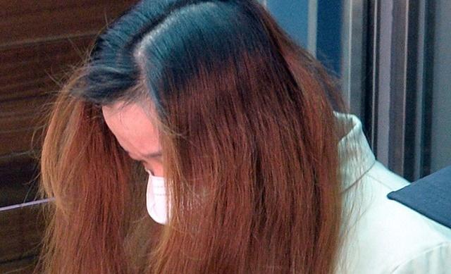 '구미 3세 여아 사망 사건' 친모 석모(48)씨가 22일 대구지법 김천지원에서 열린 첫 공판을 마친 후 호송차로 향하고 있다. 뉴시스