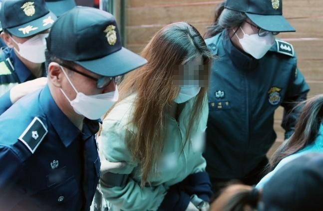 '구미 3세 여아 사망 사건' 친모 석모(48)씨가 첫 공판 출석을 위해 법정으로 향하는 모습. 연합뉴스
