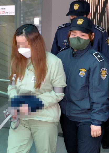 미 3세 여아 사망 사건의 중심에 있는 친모 석모(48)씨가 22일 오전 대구지법 김천지원에서 열린 첫 공판을 마친 후 호송차로 향하고 있다. 뉴시스