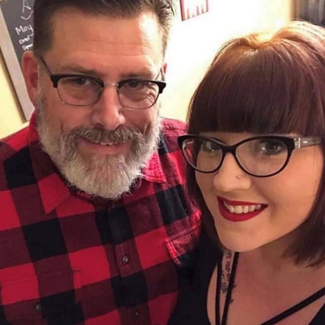 미국의 한 여성이 29살의 나이차를 극복하고 자신의 과거 의붓시아버지와 결혼한 사연이 전해지며 이목을 끌고 있다. 사진은 제프 퀴글(왼쪽)와 에리카 퀴글(오른쪽). /사진=페이스북