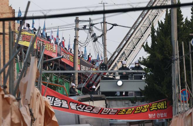 사랑제일교회에 대한 명도집행이 신도들의 반발로 무산됐다. 서울 북부지법은 지난 19일 오전 법원 인력을 동원해 교회 시설 등에 대한 명도집행에 나섰지만, 신도들과 충돌이 우려된다며 이를 전격 취소했다. 연합뉴스