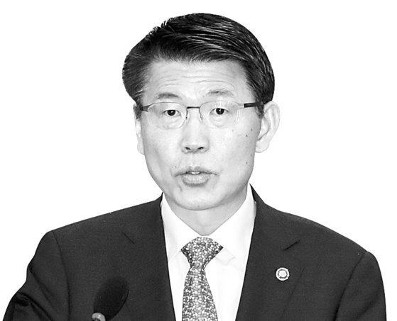 은성수 금융위원장이 4일 오전 국회에서 열린 정무위원회 국정감사에 출석해 선서하고 있다. 변선구 기자