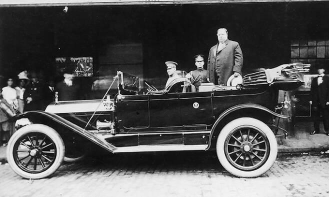 1909년 윌리엄 하워드 태프트 대통령(차량 위 오른쪽)은 증기기관을 사용하는 '모델 M'을 대통령 차량으로 사용했다.