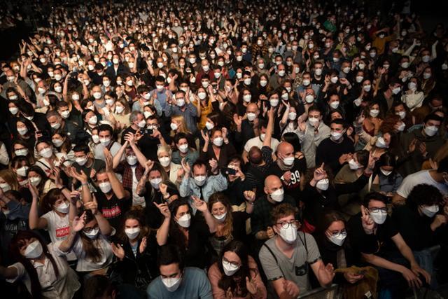마스크를 쓴 관객들이 지난달 27일 스페인 바르셀로나의 팔라우 산 조르디 경기장에서 열린 인디밴드 '러브 오브 레즈비언' 콘서트를 사회적 거리 두기 없이 관람하고 있다. 바르셀로나=AP 뉴시스