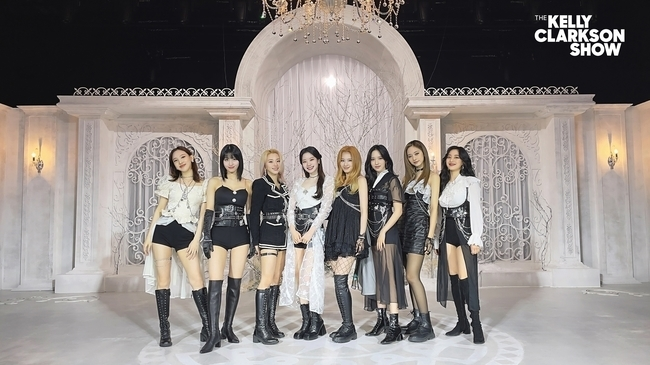 Group TWICE made its first appearance on the US famous TV program Kelly Clarkson Show.TWICE hosted CRY FOR ME (Cry for Me) Performance on NBCs The Kelly Clarkson Show on April 27 at 2 p.m. (as of Western time in the United States), capturing worldwide viewers.Kelly Clarkson Show is a popular talk show hosted by world-renowned singer-songwriter and actor Kelly Clarkson, and has featured a large number of famous foreign artists such as Nick Jonas, Dua Lipa and John Legend.On the day of the show, Kelly Clarkson said, TWICE has been a hit since its debut in 2015, and people around the world are enthusiastic about their choreography.I am looking forward to new music to be released this summer. TWICE has solidified its status as K Pop representative girl group by showing off its perfect dance line as well as fascinating beauty through CRY FOR ME performance.The fans who saw this showed satisfaction with the heated reaction such as I am glad that there is one more stage of CRY FOR ME, the visuals of the members as well as styling are even better and I really look forward to the comeback.The song CRY FOR ME aired on The Kelly Clarkson Show was first released at the 2020 Mnet Asian Music Awards on December 6 last year, and it was officially released on the 18th of the same month, drawing a hot response.Park Jin-young, head of JYP Entertainment, and popular singer-songwriter Hayes took on the lyrics and wrote the moment when the emotions of the two poles coexisted.Forbes said, TWICE, which has won many top prizes, is a song that coincides with world-renowned writers such as legendary producer Park Jin-young and famous rock band Principal Public member Ryan Tedder. TWICE has expanded its musical spectrum and has gained a strong global influence.Meanwhile, TWICE will release a new Japanese single, Kura Kura (Kura Kura) on May 12; in June, it is preparing to release a new album in Korea