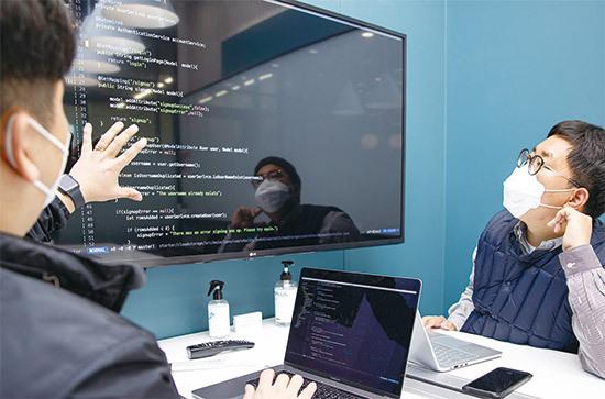 개발자에게 회의는 필수다. 외골수처럼 방 안에 틀어박혀 프로그램만 개발한다고 생각하면 오산이다. <최영재 기자>