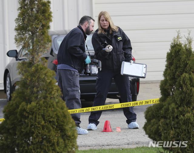 [커노샤=AP/뉴시스]18일(현지시간) 미 위스콘신주 커노샤의 서머스 하우스 주점에서 총격이 발생해 경찰이 현장을 조사하고 있다. 경찰은 이 총기 난사로 3명이 숨지고 2명이 다쳤으며 용의자를 쫓고 있다고 밝혔다. 2021.04.19.