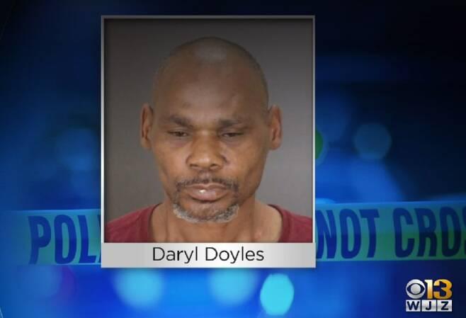 볼티모어 경찰은 3일 저녁 데릴 도일스(50)를 용의자로 체포하고 그를 두 건의 가중 폭행혐의로 기소했다./볼티모어 지역방송 'WJZ'