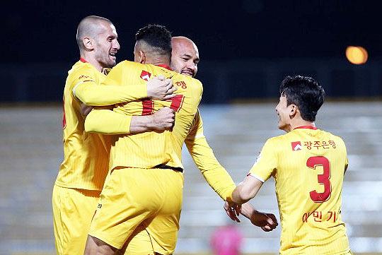 득점 후 동료들의 축하를 받고 있는 펠리페(사진 가운데)(사진=한국프로축구연맹)