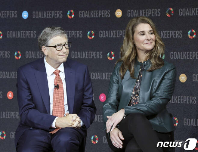 (뉴욕 AFP=뉴스1) 우동명 기자 =  마이크로 소프트 창업자인 빌 게이츠와 부인 멀린다가 2018년 9월 뉴욕 링컨센터에서 열린 행사에 함께 참석을 하고 있다. 빌 게이츠 부부는 3일(현지시간) 27년간의 결혼 생활을 끝내고 이혼하기로 합의했다고  밝혔다.   (C) AFP=뉴스1