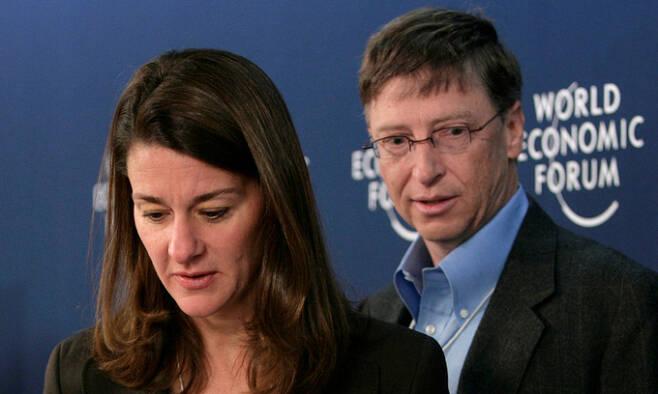 마이크로소프트(MS) 공동 창업자 빌 게이츠(오른쪽)와 아내 멀린다 게이츠. AFP연합뉴스