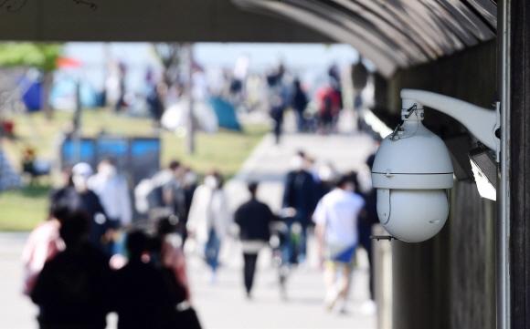 지난달 25일 서울 서초구 반포한강공원에서 실종됐던 대학생 손정민씨가 실종 닷새 만에 숨진 채 발견됐다. 경찰은 폐쇄회로(CC)TV 등 증거 확보에 애를 먹고 있다. 2일 한강공원 반포나들목에 설치된 CCTV 카메라가 시민들을 촬영하고 있다.박윤슬 기자 seul@seoul.co.kr