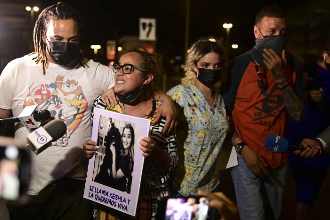 베르데호에 살해된 로드리게스의 어머니  켈일라 오르티스가 오열하고 있다. AP연합뉴스