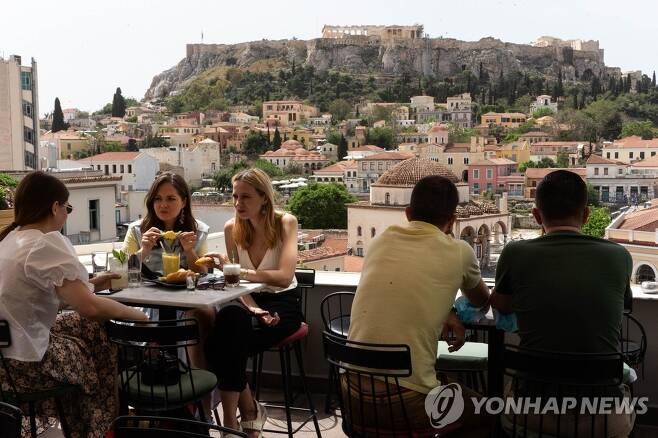 코로나19 2차 봉쇄 조치 6개월만에 벗어난 그리스의 요식업계 (아테네 신화=연합뉴스) 그리스 수도 아테네의 시민들이 3일(현지시간) 아크로폴리스 언덕의 기슭에 위치한 한 카페에 모여 있다. 이날 그리스 전국의 카페와 레스토랑, 술집은 신종코로나바이러스감염증(코로나19) 2차 봉쇄조치가 시행된 지 6개월만에 다시 문을 열었다. jsmoon@yna.co.kr