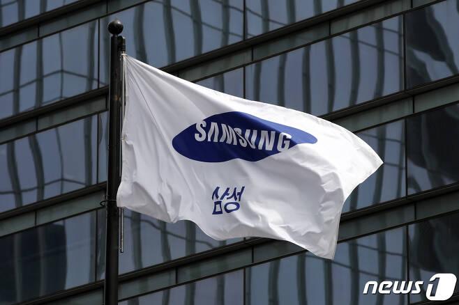 서울 서초구 삼성전자 서초사옥에 걸린 깃발의 모습/뉴스1 © News1