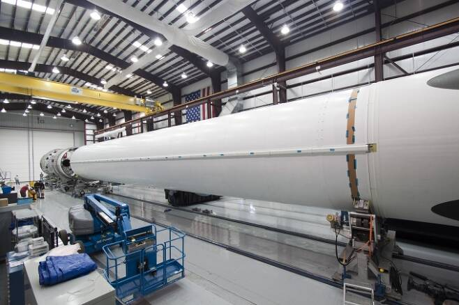 소행성의 궤도를 변경시키기 위해서는 소행성 크기의 우주선을 쏘아올려 소행성을 끌어내리는 방법이 있다. 더 큰 로켓이 필요한 이유 중 하나로 꼽힌다.  [사진=NASA]
