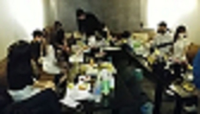 [서울=뉴시스]5일 경찰에 따르면 서울 서초경찰서는 전날 오후 9시50분께 서초동의 한 건물 지하 1층에 있는 A유흥주점에서 업주와 종업원, 손님 등 53명을 감염병예방법 위반 혐의로 검거했다. (사진=서초경찰서 제공) 2021.05.05. photo@newsis.com *재판매 및 DB 금지