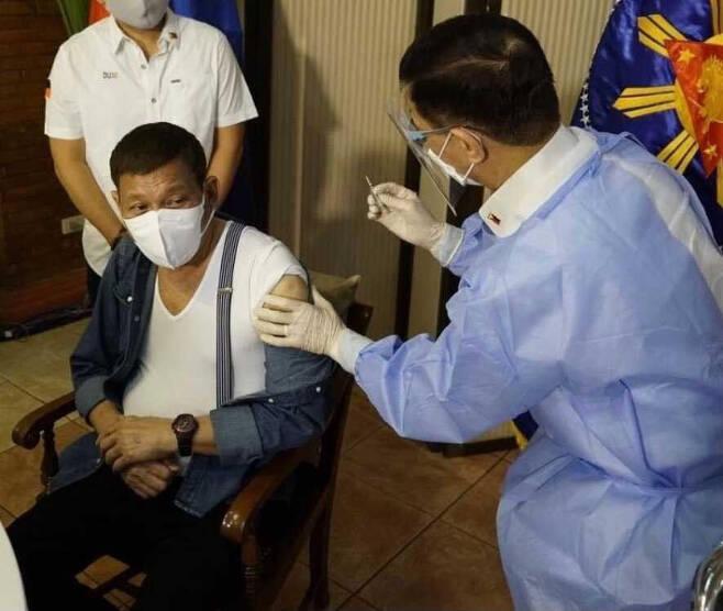 로드리고 두테르테 필리핀 대통령이 지난 3일 중국산 코로나 백신을 맞고 있다. 연합뉴스