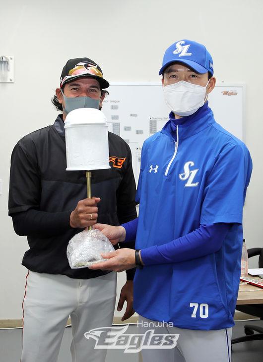 [사진] 수베로 감독(왼쪽)과 허삼영 감독 /한화 이글스 제공