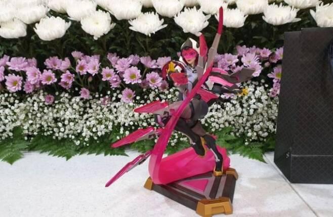 생전 정민씨가 좋아했던 게임 캐릭터 피규어가 영전에 놓여져 있다. 손현씨 블로그 갈무리.