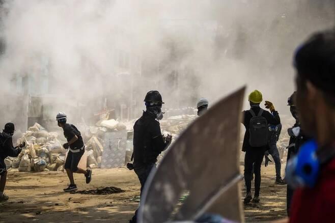 군부에 반대하는 미얀마의 시위대 AP통신 발행 사진 캡처[재배포 및 DB 금지]