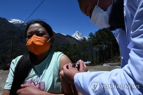 네팔 루클라 인근에서 진행된 코로나19 백신 접종. [AFP=연합뉴스]
