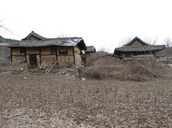 20년간 방치돼 무너져 내리고 있는 화수헌의 옛 모습. [사진 문경시]
