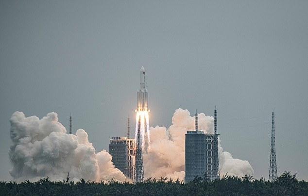중국이 지난달 29일 우주정거장의 핵심 모듈인 톈허(天和)를 창정 5B 야오(Y) 로켓에 실어 발사하는데 성공한 가운데, 창정 5B 로켓의 잔해가 지구 대기권을 통과해 추락할 수 있다는 우려가 제기됐다. 사진=EPA 연합뉴스