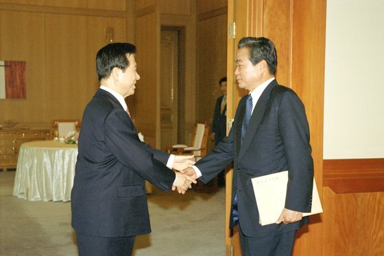 이한동 전 국무총리가 8일 별세했다. 향년 87세.   사진은 2000년 4월 당시 김대중 대통령이 청와대에서 이한동 자민련 총재와 회담 전 인사하는 모습. 연합뉴스