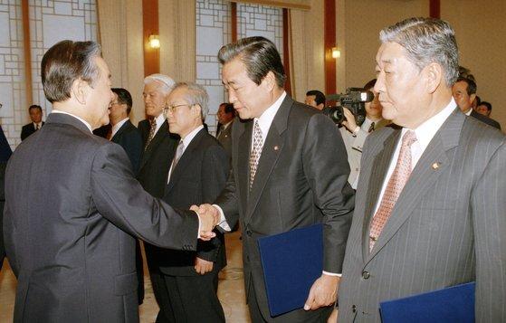 1996년 7월 당시 신한국당 총재인 김영삼 대통령이 청와대에서 이한동 상임고문에게 임명장을 수여하는 모습. 연합뉴스