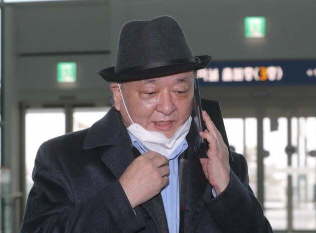 강창일 주일 한국대사가 지난 1월 일본으로 출국하기 전 통화를 하고 있다./ 연합뉴스
