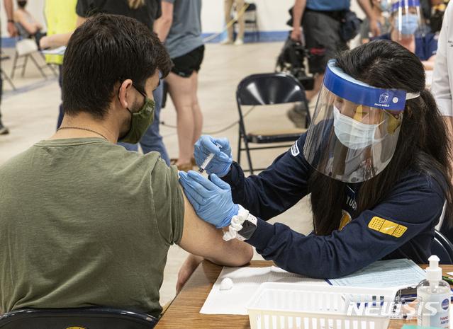 [AP/뉴시스] 4월8일 미국 오하이오주 켄트 주립대에서 대학생이 한 번만 맞아도 접종완료되는 얀센 백신을 맞고 있다