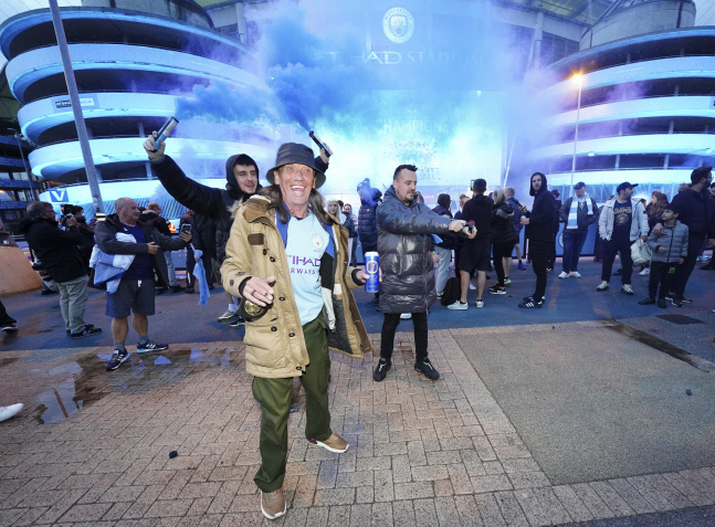 맨시티 우승 확정 직후 이티하드 스타디움 근처에서 축제를 즐기는 팬들. 맨체스터   AP연합뉴스
