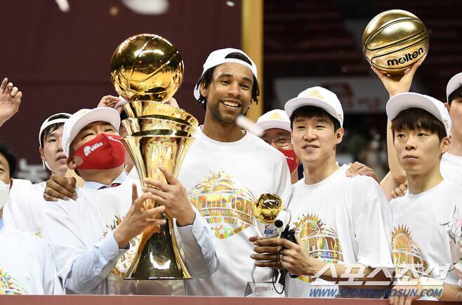 ◇김승기 감독(맨 왼쪽)과 이재도(맨 오른쪽). 박재만 기자 pjm@sportschosun.com/2021.05.09/