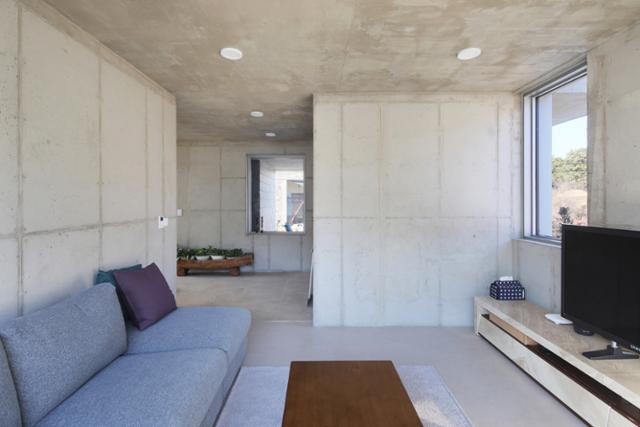 사방으로 뚫린 창을 통해 들어오는 빛들이 집을 밝고 따뜻하게 해준다. 변종석 건축사진작가