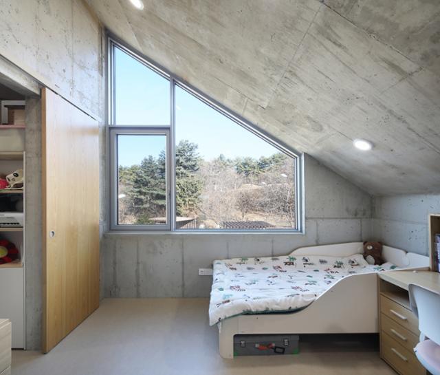 방마다 특징이 있다. 아이의 방에 경사진 천장을 따라 낸 창 밖으로 뒷산 풍경이 담겼다. 변종석 건축사진작가