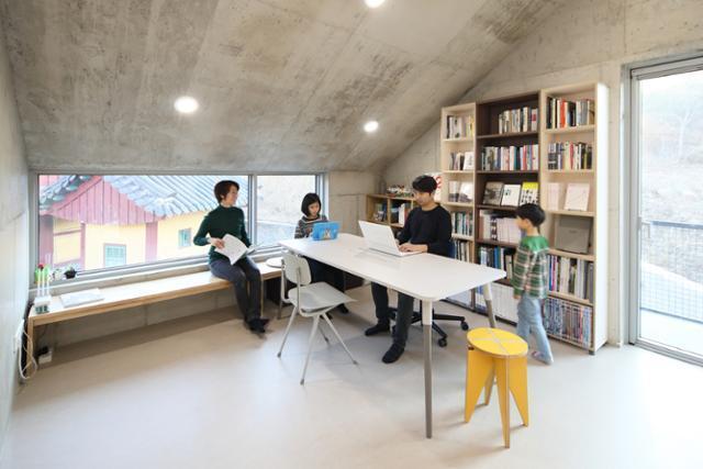 2층 서재에서 가족들은 종종 모여 함께 시간을 보낸다. 2층 서재 창 밖으로 사당이 훤히 보인다. 변종석 건축사진작가