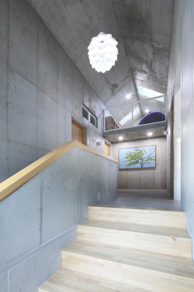 아이들의 놀이 공간으로 주로 쓰이는 다락은 2층 계단과 홀에서 보이는 열린 다락이다. 변종석 건축사진작가