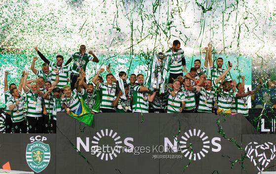 19년 만에 포르투갈 리그 우승을 차지한 스포르팅 선수들이 세리머니를 하고 있다. 사진 = getty