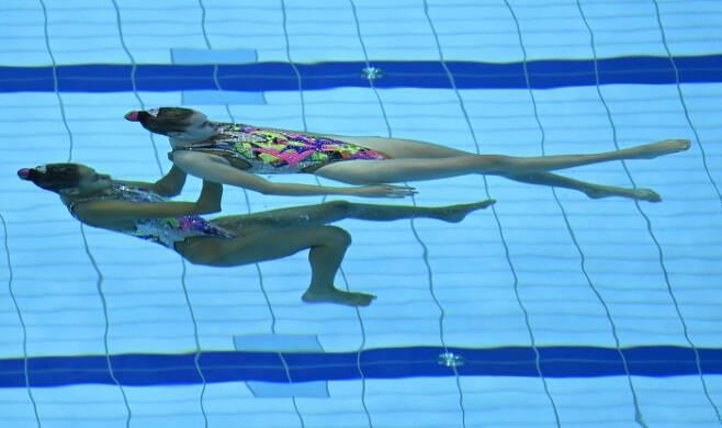 Maria Beatriz Goncalves 와 Cheila Vieira가 11일(현지시간) 열린 유럽 수영 선수권(헝가리 부다페스트) 아티스틱 스위밍 듀엣 프리 루틴 예선에서 연기를 펼치고 있다. EPA|연합뉴스