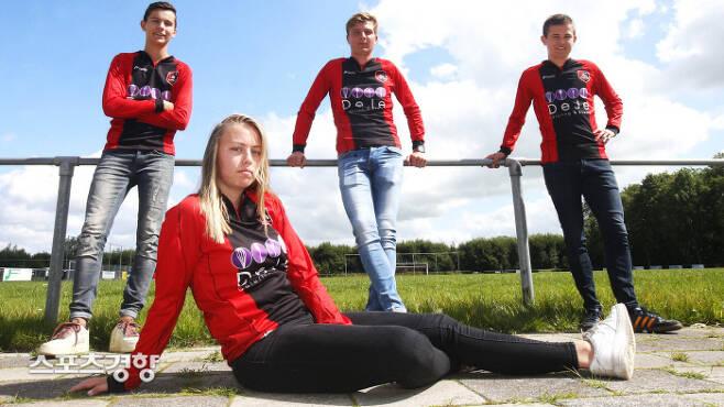네덜란드 아마추어 팀 VV포아루트에 입단한 여성 축구선수 엘렌 포케마(앞쪽)가 다음 시즌부터 남성 선수들과 함께 뛸수 있게 됐다. 네덜란드 매체 NOS 캡처