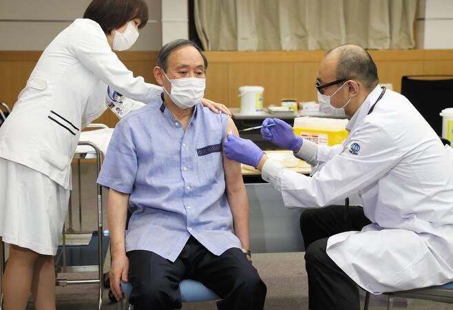 (도쿄 교도=연합뉴스) 스가 요시히데 일본 총리가 3월 16일 도쿄 신주쿠의 한 의료기관에서 코로나19 백신을 맞고 있다.