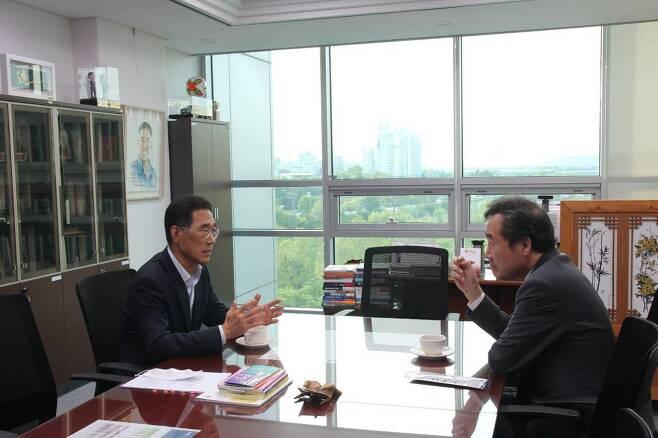 이낙연 전 더불어민주당 대표가 김포를 지역구로 둔 김주영 의원과 5월 12일 의원회관에서 만나 김포의 교통 사정에 대해 이야기를 나누고 있다. /이낙연 전 대표 페이스북 캡처